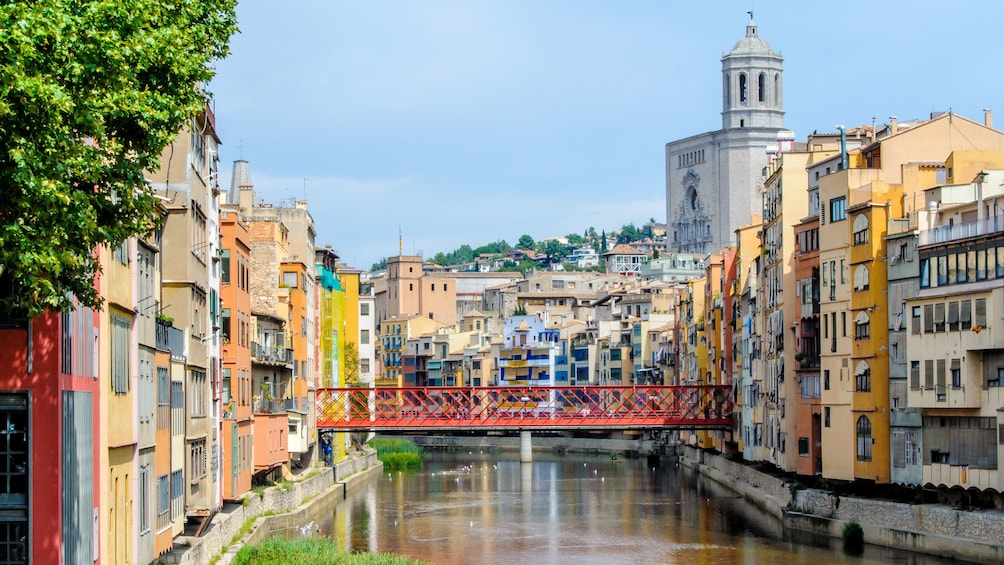 Öppna foto 2 av 5. View of Girona from the river with cathedral in background