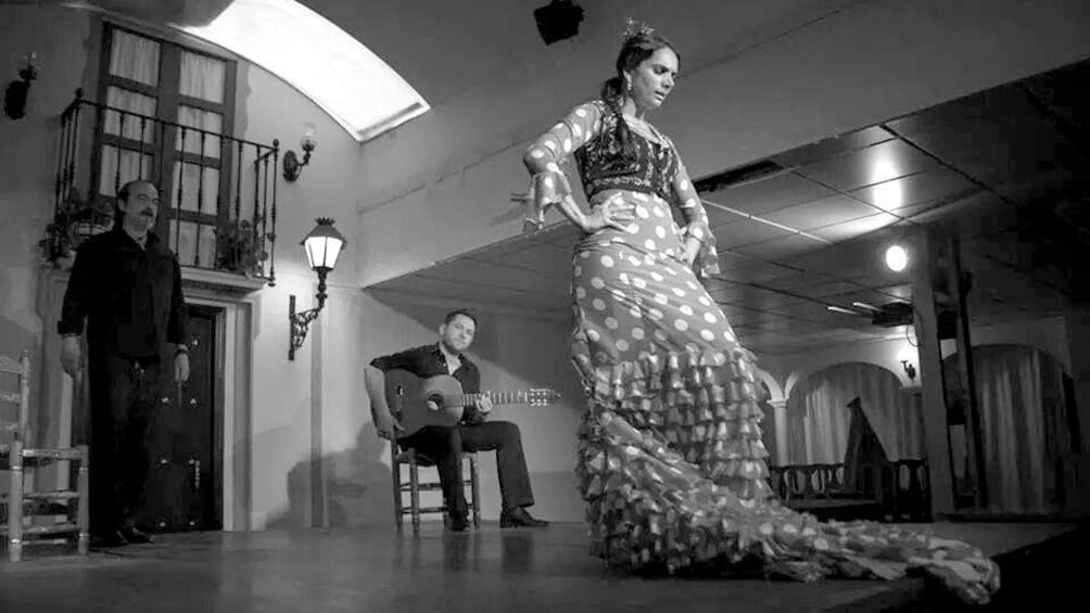 Foto 3 von 5 laden Black and white image of a Flamenco dancer and accompaniment