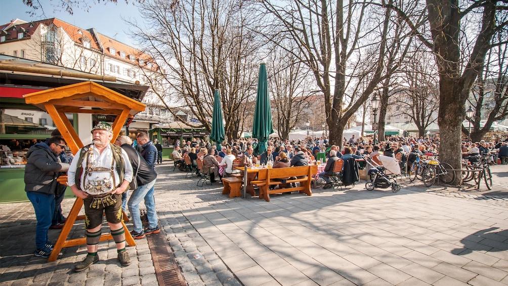 Apri foto 5 di 5. Visitors in Munich
