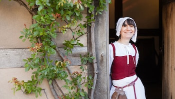 Ver elemento 3 de 10. Woman in historical costume at Shakespeare's birthplace