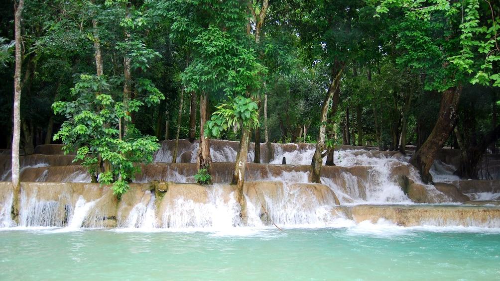 Foto 3 von 10 laden Water cascading down Tad Sae waterfall in Laos