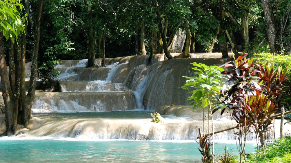 Foto 4 von 10 laden View of multiple tier Tad Sae waterfall in Laos