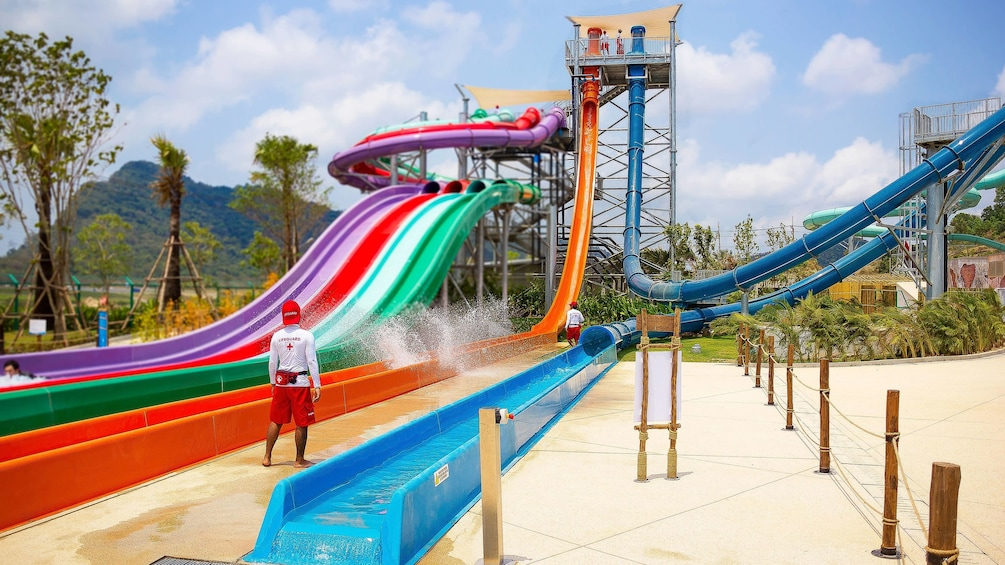 แสดงภาพที่ 5 จาก 5 Lifeguards stand near large water slides at Ramayana Water Park in Bangkok