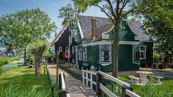 Hop-On Hop-Off Bus to Zaanse Schans, Edam & Volendam