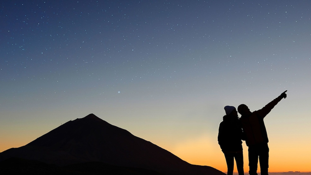Foto 3 van 4. Couple looking at stars at Teide volcano