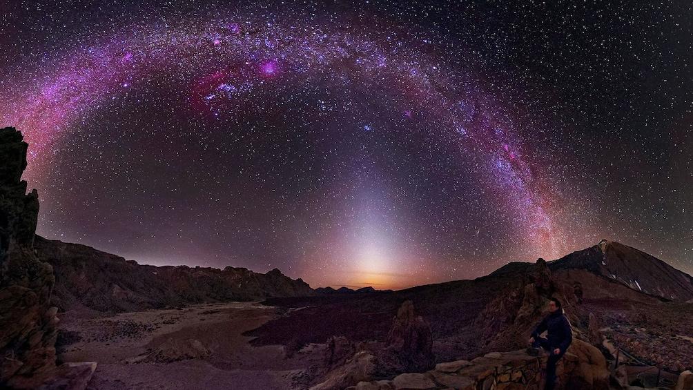 Foto 1 van 4. Man viewing stars on Teide volcano