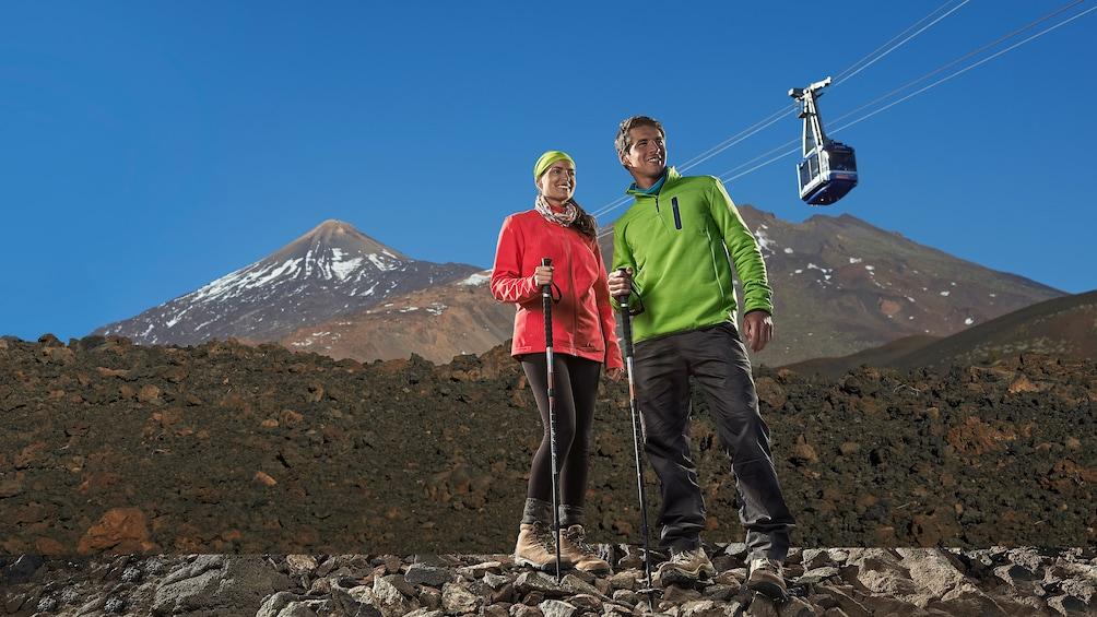 Foto 2 van 6. Hiking couple on Mount Teide in Tenerife
