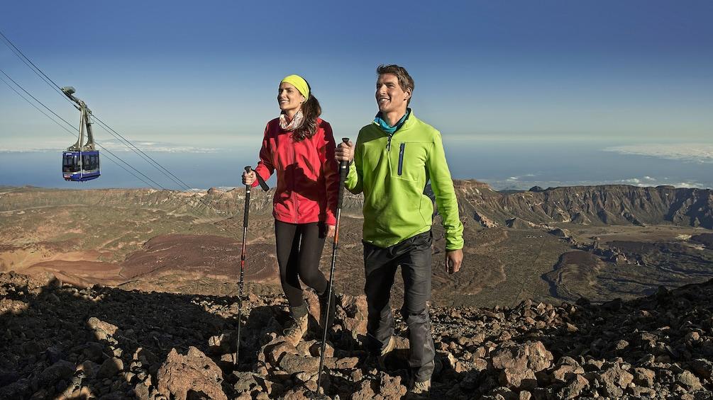 Foto 6 van 6. Hiking couple on Mount Teide in Tenerife