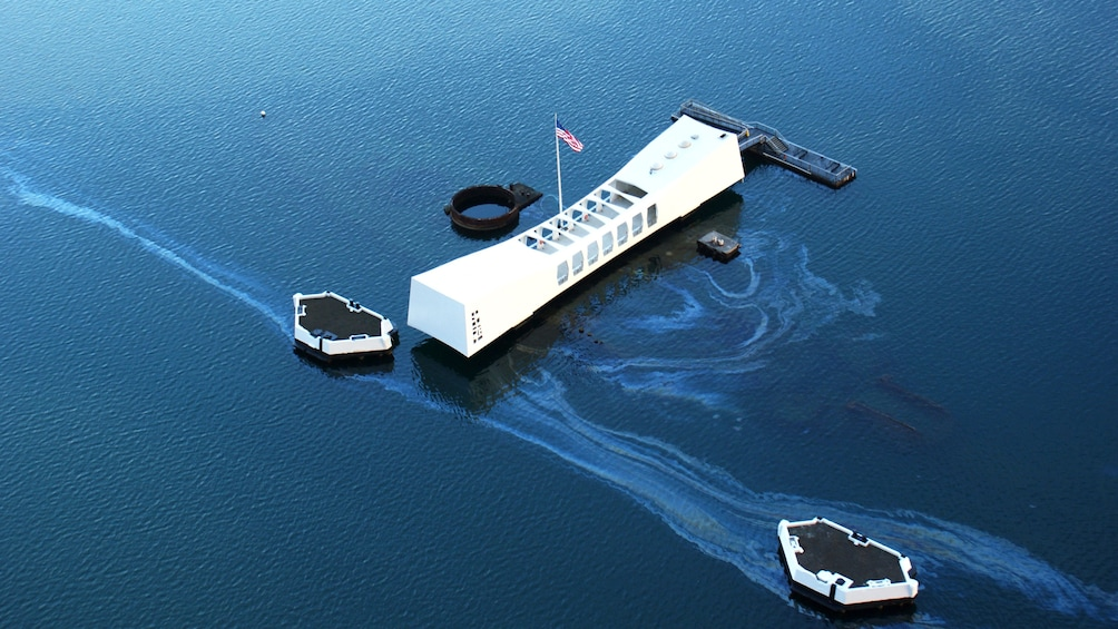 Foto 3 von 7 laden Aerial view of USS Arizona Memorial in Pearl Harbor