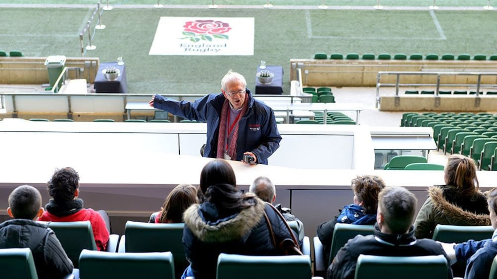 Charger l'élément 4 sur 8. Tour guide talks to group during tour of Twickenham Stadium