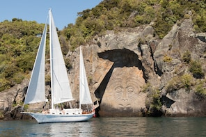 Sail Barbary - Eco sailing to the Maori Rock Carvings