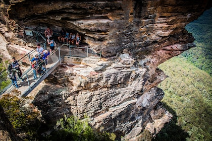 People on a bridge between rock formations in the Blue Mountains in Australia