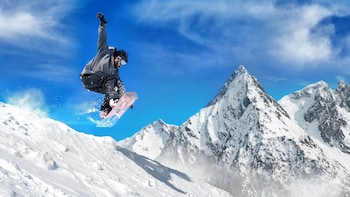 Carregar foto 2 de 4. Man on snowboard in mid jump on slopes in Mammoth Lakes, California