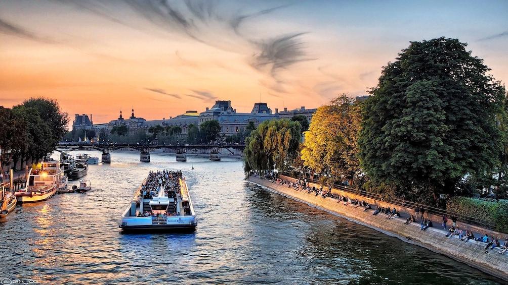 Charger l'élément 4 sur 10. Seine River cruise at dusk in Paris