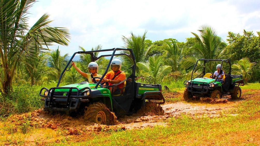 Foto 1 von 10 laden People on ATVs in the mud in Jamaica