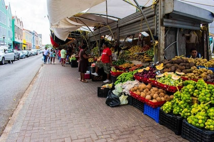 Outdoor vegetable and fruit market in Curacao