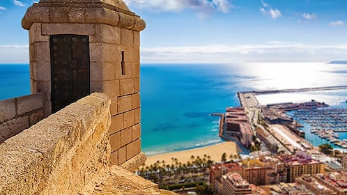 Scenic outlook og the beach and piers in Alicante