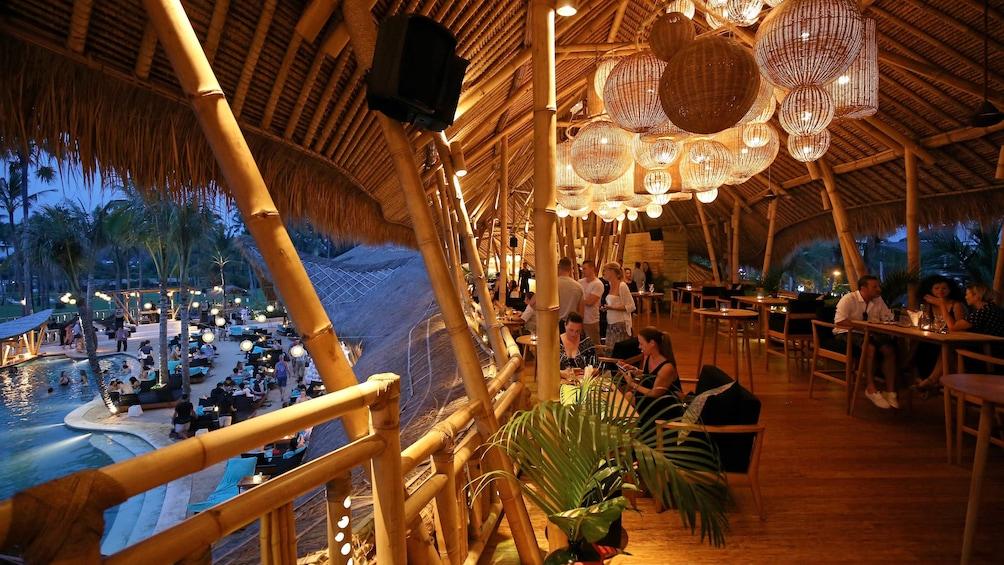 正在顯示第 3 張相片,共 10 張。 Dinner time view from the hut at Finns Beach Club in Bali