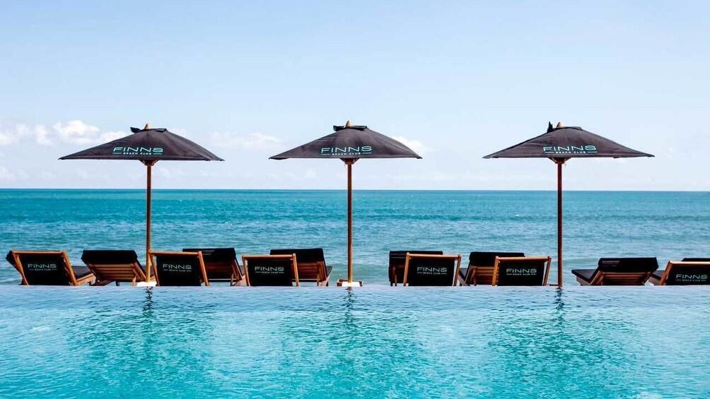 正在顯示第 2 張相片,共 10 張。 Umbrellas by the pool and beach at Finns Beach Club in Bali