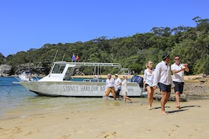 Sydney Icons, Bays & Beaches Boat Tour with 2 Guided Stops