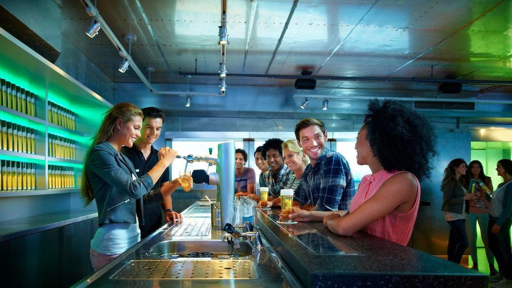 Carregar foto 3 de 10. People at tasting bar in Heineken brewery in Amsterdam