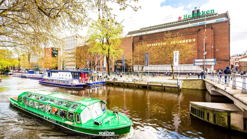 Carregar foto 1 de 10. Canal tour boats in front of Heineken brewery in Amsterdam