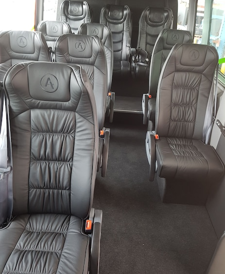 Foto 5 von 4 laden Seating in tour bus in New Zealand