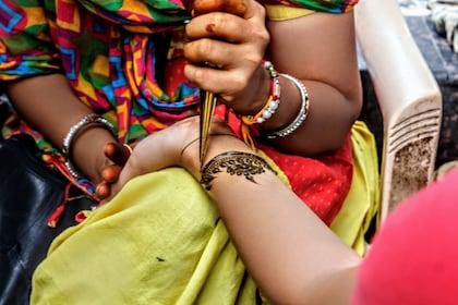 Henna tattooing in Delhi