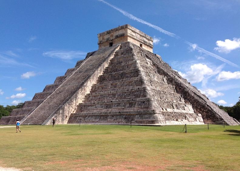 Charger l'élément 1 sur 10. Mayan ruins at Chichen Itza