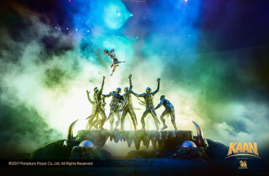 正在顯示第 2 張相片,共 5 張。 Dancers on stage during a show in Thailand
