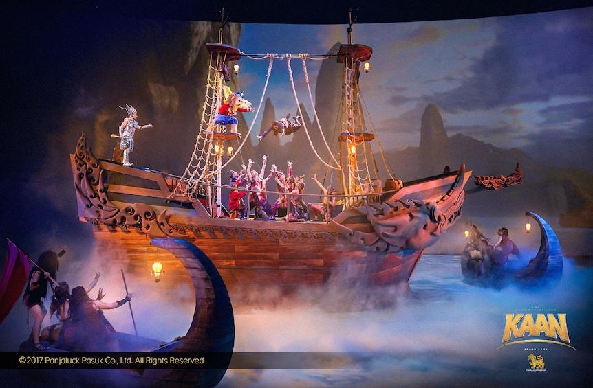 正在顯示第 3 張相片,共 5 張。 Dancers on a boat onstage during a performance in Thailand