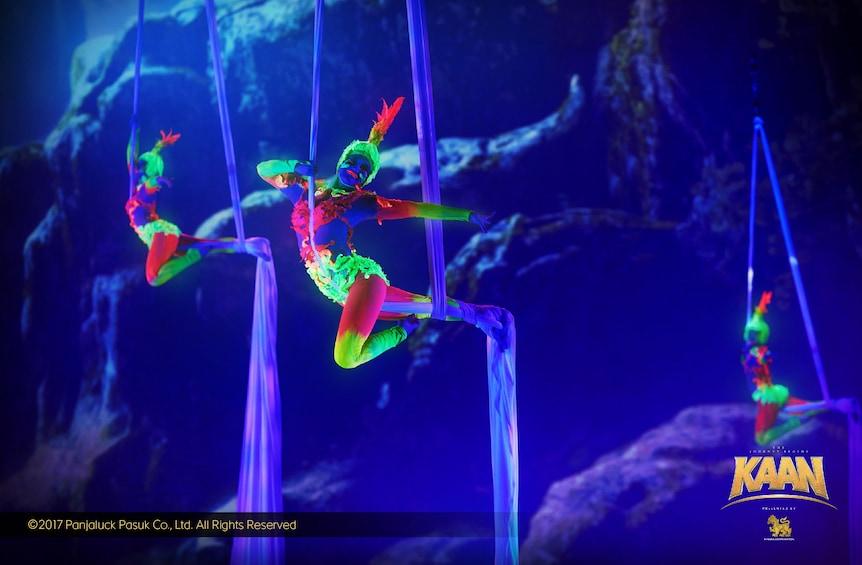 正在顯示第 4 張相片,共 5 張。 Aerial silk dancers in brightly colored costumes during a show in Thailand
