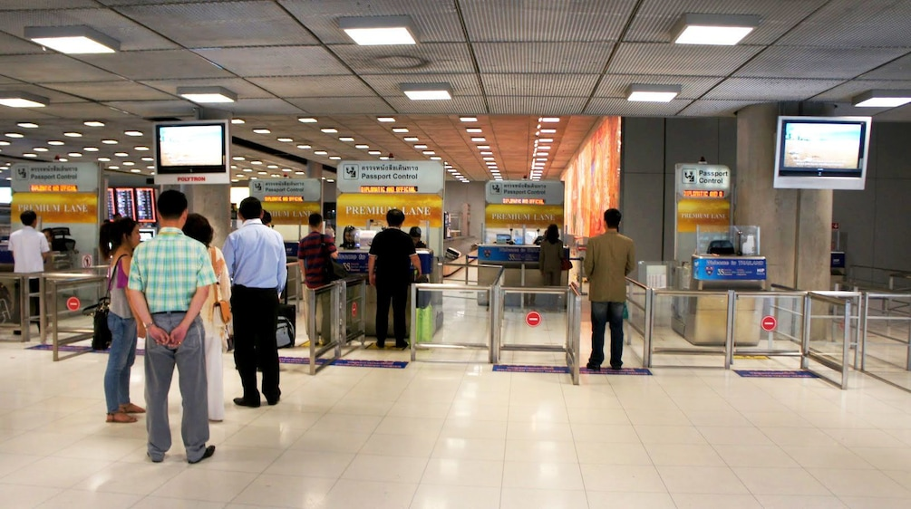 Foto 1 van 5. Airport passengers going through Premium Lane service