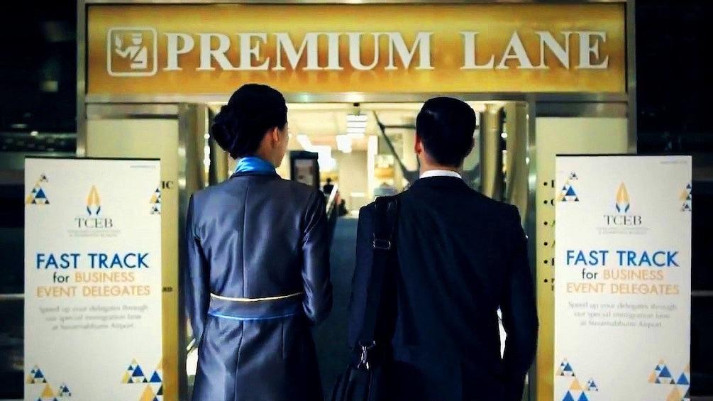 Foto 3 van 5. Two people in a Premium lane in an airport