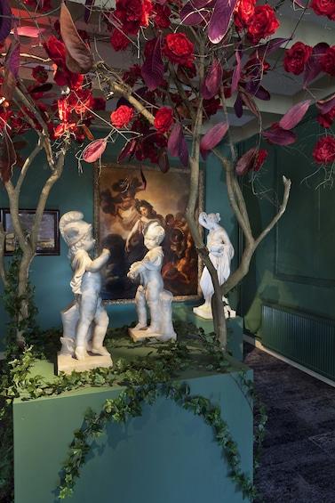 Åpne bilde 1 av 5. Small statues and artwork in Cromhouthuis museum in Amsterdam