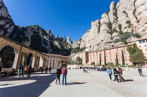 Early Morning Montserrat Guided Tour from Barcelona