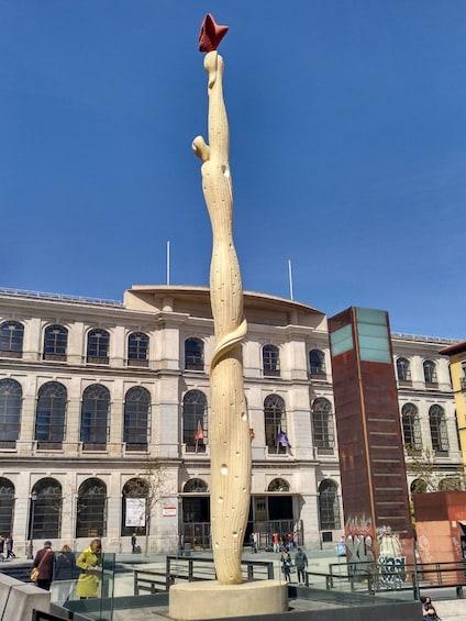 Foto 5 von 10 laden Abstract sculpture in Madrid