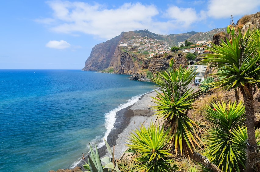 Foto 1 van 4. Sunny day view of Madeira, Cabo Girao