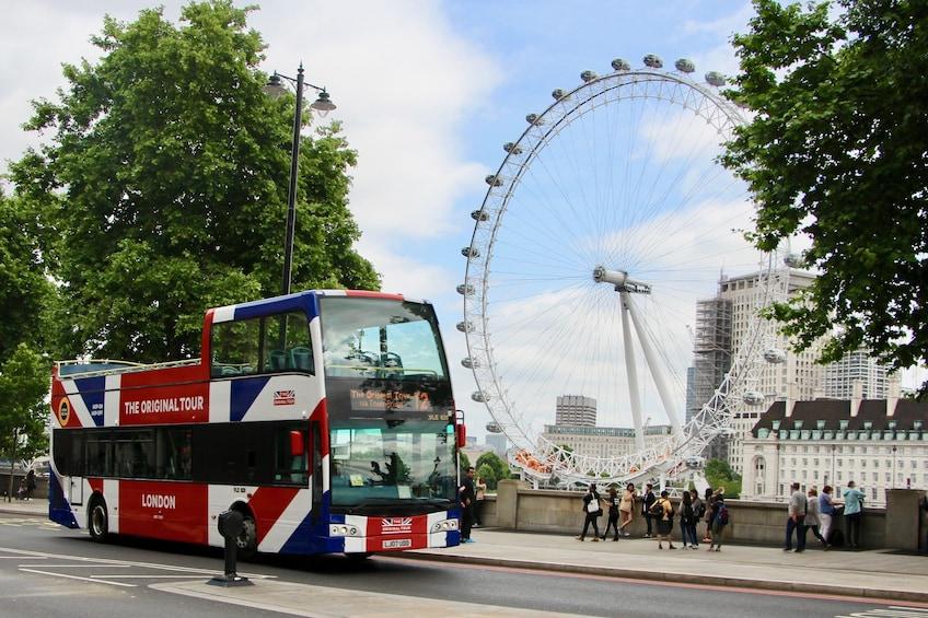Indlæs billede 3 af 6. Double decker bus parked on the street near The London Eye