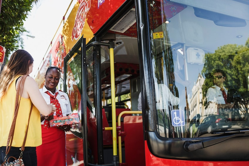 Foto 3 van 9. Woman boarding a hop-on hop-off bus in Sarajevo