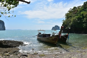 Hong Island Sightseeing Tour with Mr. Baw by Long-tailed Boat