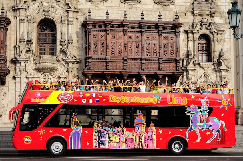 Cargar foto 1 de 10. Group waving while on the City Sightseeing Lima Panoramic Bus Tour