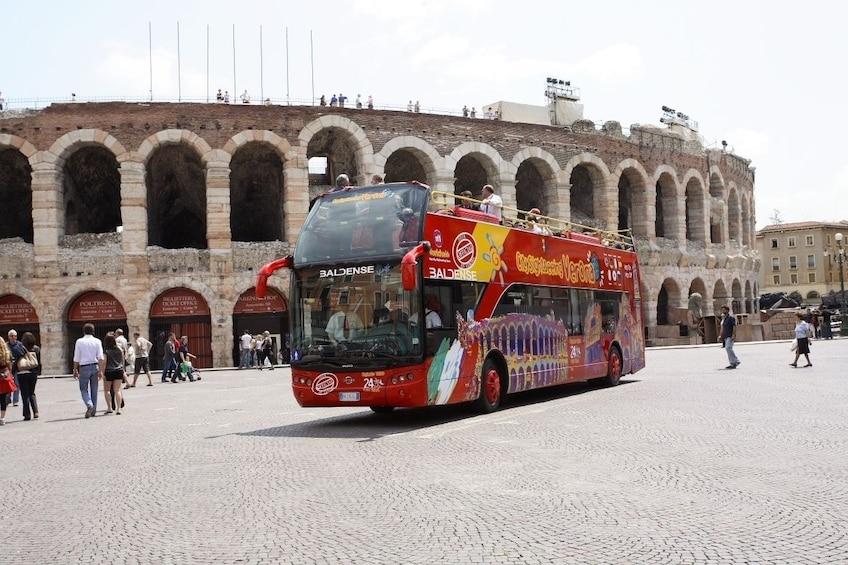 Charger l'élément 1 sur 10. Hop-on hop-off bus in Verona