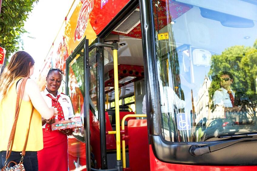 Charger l'élément 4 sur 10. Woman welcomes guests on Hop On Hop Off Bus