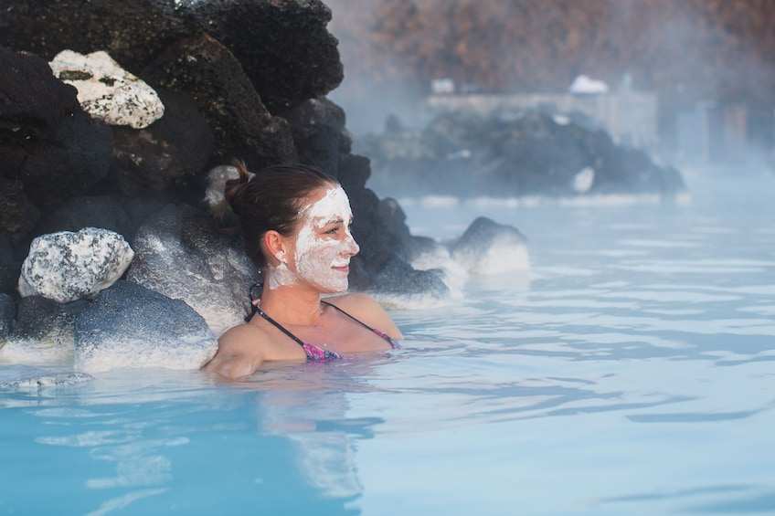 Carregar foto 1 de 10. Woman in a facial mask sits in the Blue Lagoon in Iceland