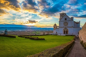 Assisi: Basilica of Saint Francis Group Tour with Historian