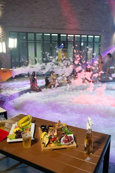 正在顯示第 2 張相片,共 10 張。 Table of food overlooking large swimming pool of ice