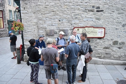 Tour guide with group in Quebec