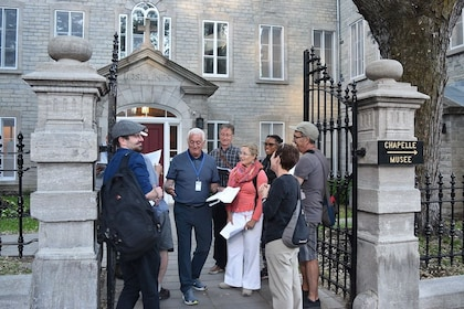 Tour group with guide in Quebec