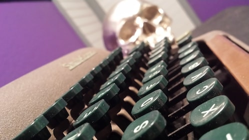typewriter and skull at the escape room in Escondido